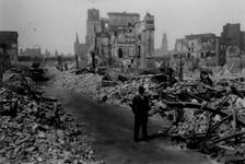2001-1602 Gezicht in de door het Duitse bombardement van 14 mei 1940 getroffen Hoogstraat . De restanten van ...