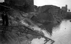 2001-1623 Gezicht op de Maashaven met verwoestingen, verwoeste loodsen, kademuren, kranen , veroorzaakt door de Duitse ...