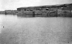 2001-1624 Gezicht op verwoeste loods en kade aan de Maashaven, veroorzaakt door de Duitse Wehrmacht.
