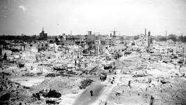 2001-1656 Gezicht op de door het Duitse bombardement van 14 mei 1940 getroffen omgeving van de Hoogstraat. Op de ...
