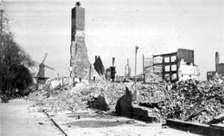 2001-1715 Gezicht op de door het Duitse bombardement van 14 mei 1940 getroffen Goudsesingel. Uit het westen gezien. Op ...