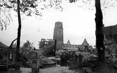 2001-1719 Restanten van gebouwen aan de Grotemarkt en verderop van de Sint-Laurenskerk, als gevolg van het Duitse ...