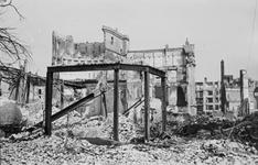 2001-1725 Gezicht op de door het Duitse bombardement van 14 mei 1940 getroffen Botersloot met het interieur van het ...