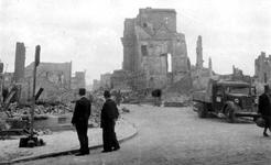 2001-1726 Puinresten als gevolg van het Duitse bombardement van 14 mei 1940. Met in het midden het oude raadhuis aan de ...