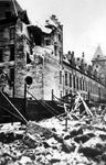 2001-1737 Gezicht op de door het Duitse bombardement van 14 mei 1940 getroffen zijkant van het stadhuis. Als gevolg van ...