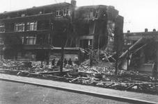 2001-1738 Gezicht op de door het Duitse bombardement van 14 mei 1940 getroffen huizen met nrs. 122-126 aan De Savornin ...