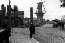 2001-1760 Gezicht op de door het Duitse bombardement van 14 mei 1940 getroffen Oostplein met links de Marinierskazerne ...