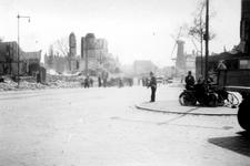 2001-1761 Gezicht op de door het Duitse bombardement van 14 mei 1940 getroffen omgeving van het Oostplein met rechts ...