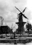 2001-1762 Gezicht op de door het Duitse bombardement van 14 mei 1940 getroffen en geraseerde Oostplein met de gespaard ...