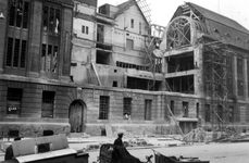 2001-1782 Gezicht op de door het Duitse bombardement van 14 mei 1940 getroffen zuidelijke gevel van het postkantoor aan ...