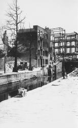 2001-1790 Gezicht op de door het Duitse bombardement van 14 mei 1940 getroffen Spuiwater met sluizen.Op de achtergrond ...