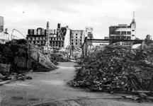 2001-1791 Gezicht in de door het Duitse bombardement van 14 mei 1940 getroffen Pannekoekstraat. Uit het noorden. Op de ...