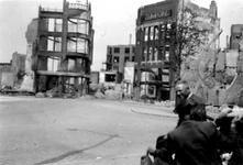 2001-1802 Gezicht op de door het Duitse bombardement van 14 mei 1940 getroffen omgeving van de Hoofdsteeg.. Links de ...