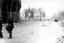2001-1804 Gezicht op de door het Duitse bombardement van 14 mei 1940 getroffen Rederijstraat. Vanaf de Boompjes gezien. ...