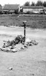 2001-1815 Het graf van Unterscharführer Hans Rieckhoff (geb. 10 maart 1923 Süderhaststedt-Holstein), die op 14 mei 1940 ...