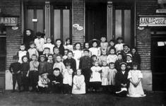 2001-1819 Buurtkinderen poseren voor de portieken van Rosestraat 181/179