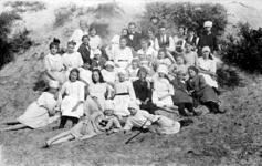 2001-1820 De christelijke meisjesvereniging van Feijenoord in de duinen van Hoek van Holland.