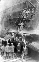 2001-1822 Werknemers van een scheepswerf poseren in de gaten van een schip dat na een aanvaring averij heeft opgelopen.