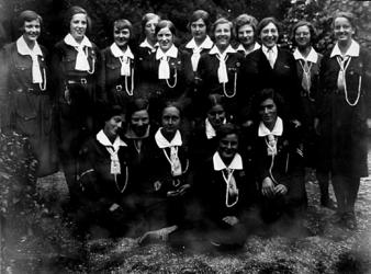 2001-1830 Een groepfoto van 17 padvindsters, vermoedelijk gemaakt tijdens de wandelvierdaagse te Nijmegen
