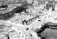 2001-1859 Gezicht op de door het Duitse bombardement van 14 mei 1940 getroffen Oudehavenkade. Restanten van het ...