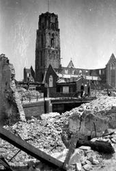 2001-1881 Gezicht op de door het Duitse bombardement van 14 mei 1940 getroffen Vlasmarkt. Restanten van de ...