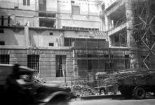 2001-1884 Gezicht op de door het Duitse bombardement van 14 mei 1940 getroffen zuidelijke gevel van het postkantoor aan ...