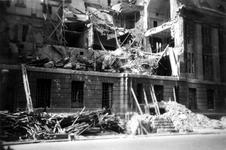 2001-1886 Gezicht op de door het Duitse bombardement van 14 mei 1940 getroffen zuidelijke gevel van het postkantoor aan ...
