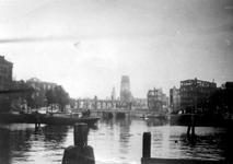 2001-1886-1 Gezicht op de door het Duitse bombardement van 14 mei 1940 getroffen Oudehavenkade met het restant van het ...