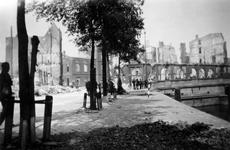 2001-1887-1 Gezicht op de door het Duitse bombardement van 14 mei 1940 getroffen Geldersekade en Oudehavenkade met ...