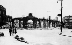 2001-1890-1 Gezicht op de door het Duitse bombardement van 14 mei 1940 getroffen Oudehavenkade. Restanten van het ...