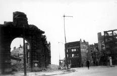 2001-1892 Gezicht op de door het Duitse bombardement van 14 mei 1940 getroffen Oudehavenkade. Restanten van het ...