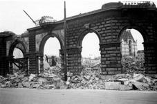 2001-1893 Gezicht op de door het Duitse bombardement van 14 mei 1940 getroffen Oudehavenkade. Restanten met doorkijk in ...