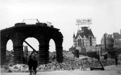2001-1897 Gezicht op de Oudehavenkade met het verwoeste gebouw Plan C als gevolg van het Duitse bombardement van 14 mei ...