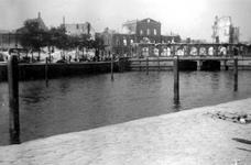 2001-1900 Gezicht op de door het Duitse bombardement van 14 mei 1940 getroffen Oudehavenkade met het restant van het ...