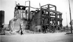 2001-1902 Gezicht op de door het Duitse bombardement van 14 mei 1940 getroffen Hoofdsteeg tegenover het gebouw Plan C, ...
