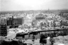 2001-1906 Op de voorgrond de door het Duitse bombardement van 14 mei 1940 getroffen Nieuwehaven met de Roobrug en de ...