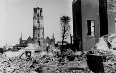2001-1965 Gezicht op de door het Duitse bombardement van 14 mei 1940 getroffen omgeving van de Sint-laurenskerk. Op de ...