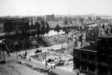 2001-1969 Gezicht op de door het Duitse bombardement van 14 mei 1940 getroffen omgeving van de Karrensteeg, die liep ...