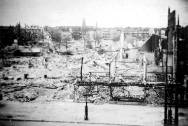 2001-1983 Gezicht op het door het Duitse bombardement van 14 mei 1940 getroffen gebied ten westen van de ...