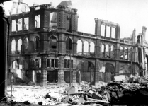 2001-1995 Gezicht op de door het Duitse bombardement van 14 mei 1940 getroffen Geldersekade en Oudehavenkade met het ...