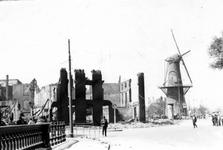2001-2026 Gezicht op de door het Duitse bombardement van 14 mei 1940 getroffen Oostplein met links de restanten van de ...