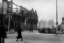 2001-2079-1 Gezicht op de door het Duitse bombardement van 14 mei 1940 getroffen Rederijstraat. Vanaf de Boompjes ...