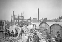 2001-2110 Gezicht op de door het Duitse bombardement van 14 mei 1940 getroffen Hofdijk met puinruimers, als gevolg van ...