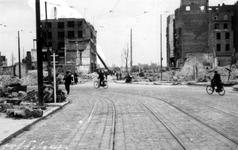 2001-2178 Gezicht in de door het Duitse bombardement van 14 mei 1940 getroffen Hoofdsteeg.met restanten van panden ...