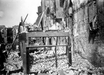 2001-2179 Gezicht in de door het Duitse bombardement van 14 mei 1940 getroffen Hoofdsteeg.met restanten van panden .Als ...