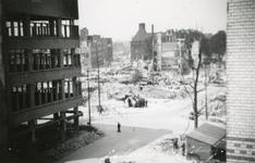 2001-2180 Gezicht in de door het Duitse bombardement van 14 mei 1940 getroffen Hoofdsteeg.met restanten van panden ...