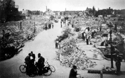 2001-2185 Gezicht in de door het Duitse bombardement van 14 mei 1940 getroffen Dijkstraat. Vanaf de Oostzeedijk gezien. ...