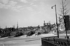2001-2211 Gezicht op de door het Duitse bombardement van 14 mei 1940 getroffen Strooveer. Vanaf de Langebrug. Als ...