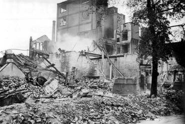 2001-2212 Gezicht op de door het Duitse bombardement van 14 mei 1940 getrofffen Hugo de Grootstraat. Restanten van de ...