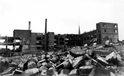 2001-2213 Gezicht op de door het Duitse bombardement van 14 mei 1940 getrofffen Hugo de Grootstraat. Restanten van de ...